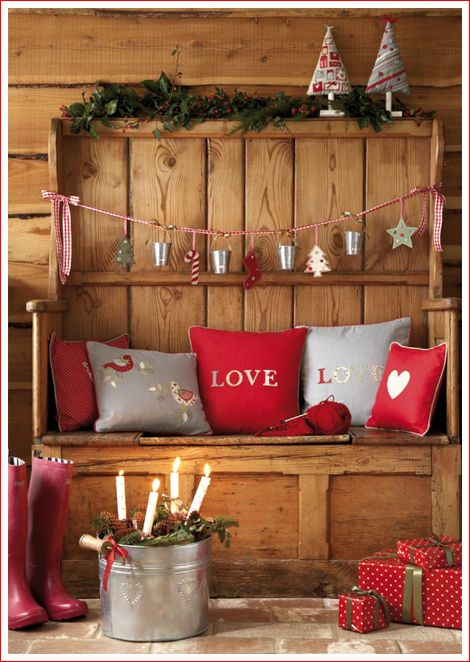 ...  можно сделать новогоднее украшение для дома - занавеску. Новогодняя гирлянда из шишек. Новогодние шишки Оригинальные новогодние гирлянды получаются из сосновых шишек. Для красоты некоторые шишки можно частично или полностью покрасить белой, золотой или серебряной краской. Елочная гирлянда своими руками Гирлянда из попкорна и ягод клюквы (рябины) отлично смотрится на елке и в новогоднем украшении ...