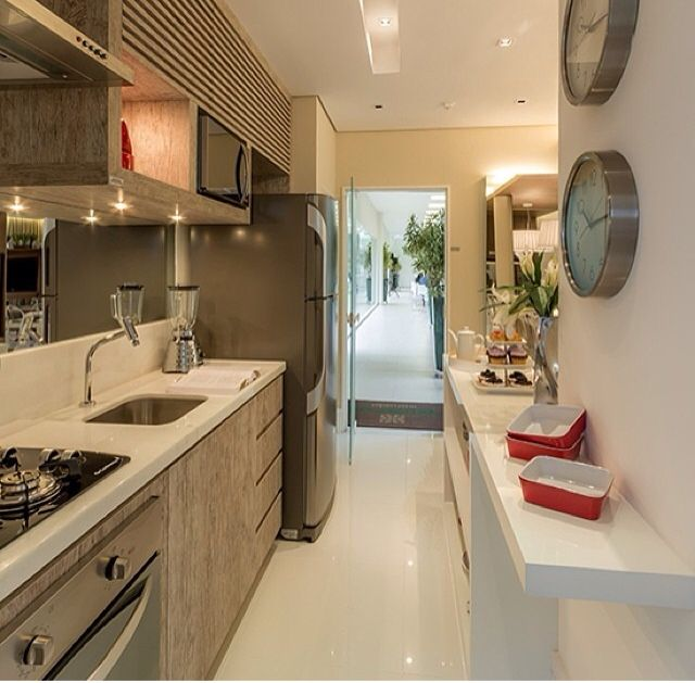 Cozinha estreita muito bem decorada