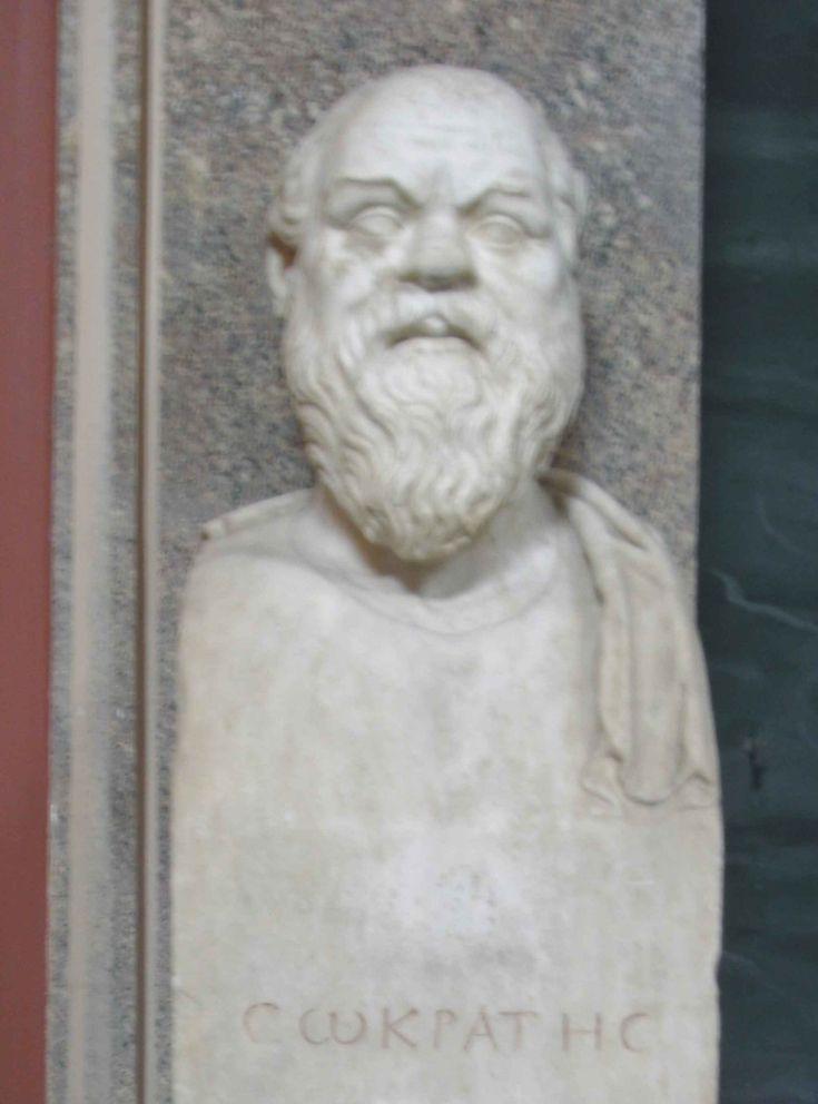 Sócrates (469 – 399 a.C.) a diferencia de los sofistas no cobraba y era ateniense. Su método de enseñanza era el diálogo y en realidad no creía ser portador del saber, por el contrario plantea su saber en base a aquello que no sabe con su emblemática frase sólo sé que no sé nada. Explica que el verdadero conocimiento se encuentra en el interior del alma humana, presentes como ideas innatas las cuales aparecen inseparables de la razón.