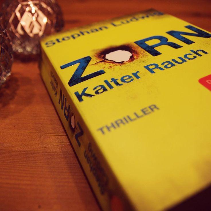 """Die Tage werden kürzer, die Abende kuscheliger. Zeit für einen #Thriller! Stephan Ludwigs neuer #Roman """"kalter Rauch"""" eignet sich bestens, um zwischen Tee trinken und Plätzchen essen ein bisschen Spannung in den Abend zu bringen! Wir sind von Zorns und Schröders neustem Fall total angetan. Lest es in unserer #Rezension unter www.blog.thalia.de nach #thalia #thaliabuchhandlungen #zorn #kalterrauch #krimi #thriller #fischerverlage #stephanludwig"""