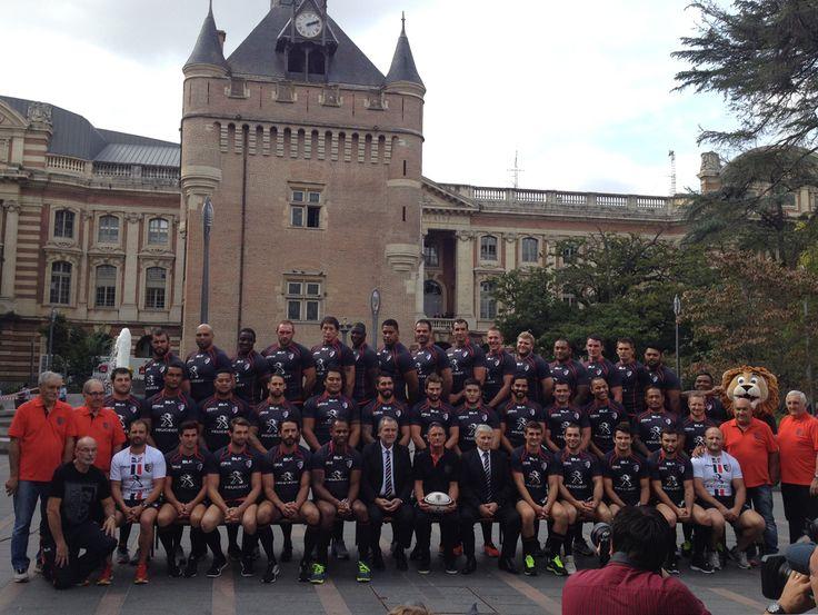 7 Octobre 2014, le Stade Toulousain pose devant le Donjon du Capitole © Office de Tourisme de Toulouse #visiteztoulouse #rugby