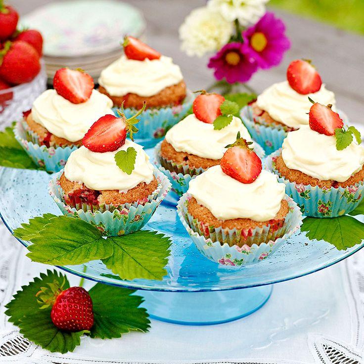 Mumsiga jordgubbsmuffins med vit chokladfrosting.