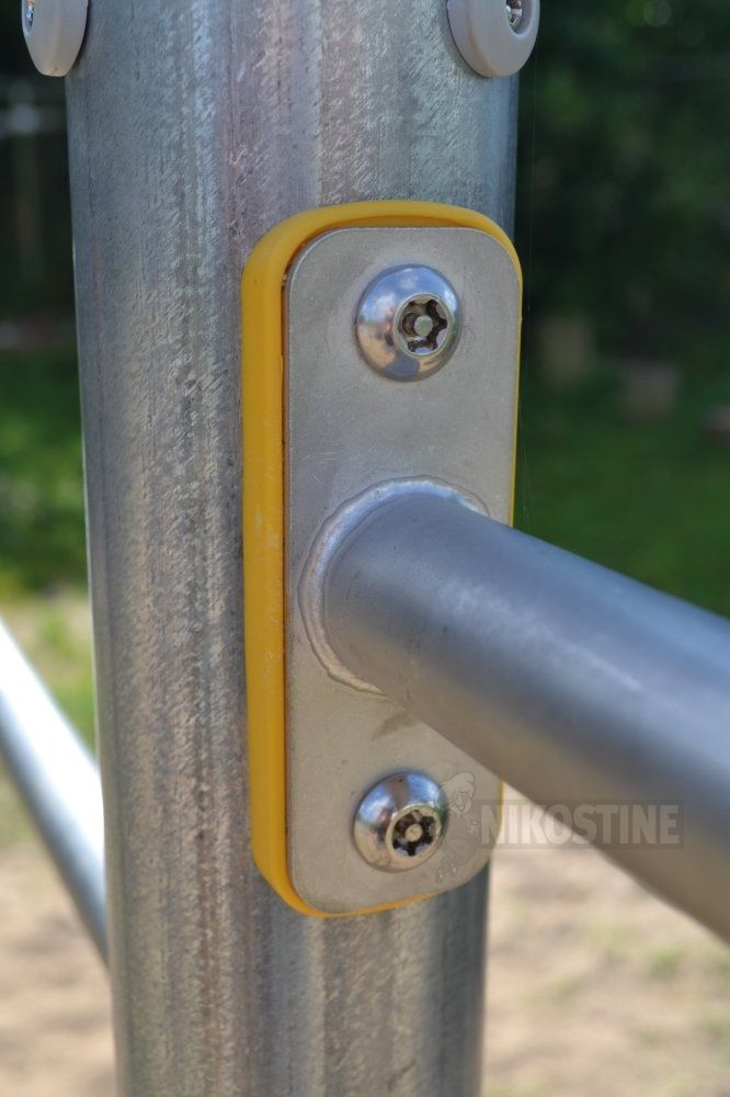 Kolbøttestativ m 3 højder-metal Varenr. 704120 Klassisk legeredskab til de små, de store og dem midt imellem, hvis de vil træne muskler og balance - eller hvis de bare har lyst til at se verden på hovedet. Alle stativer er fremstillet af galvaniseret jern og rustfrit stål. Str.: D: 10 x L: 312 x H: 90/105/120cm
