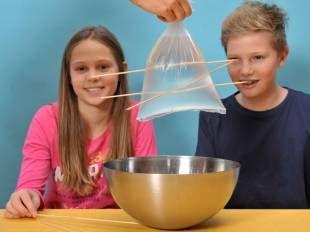 Experimente mit Wasser: Aufgespießter Plastikbeutel