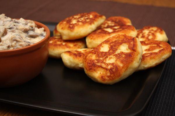 Раз уж я выложила рецепт грибного соуса, идеально подходящего к картофельным котлетам, то надо уж выложить и сам рецепт картофельных котлет. Это очень хороший и простой способ разнообразить ваш стол, если вы предпочитаете картофель другим видам гарниров. Мне кажется, что такие вот простые домашние рецепты — самое лучшее решение для тех, кто хочет приготовить что-то на 100% вкусное, но при этом не слишком повторяться.