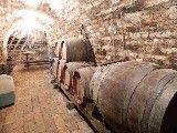Schitterende villa midden in het beroemde wijngebied van Villány in Zuidwest Hongarije en met een van de grootse wijnhuizen van het land als buur. Deze in authentieke stijl gebleven villa is in 2007 geheel naar westerse maatstaven gerenoveerd.