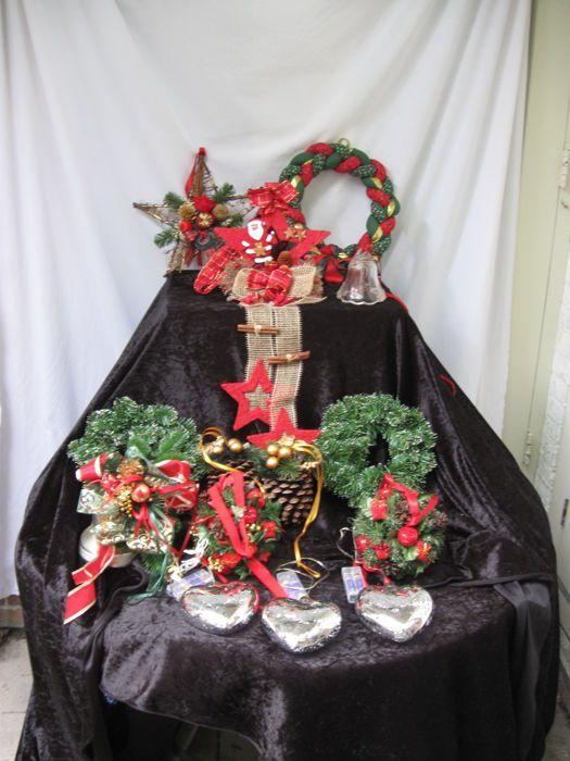14 Hangendekerstdecoraties  Hangende kerstdecoraties - 14 stuks - in zeer goede staat ( indien anders vermeld ) - netjes onderhouden - totaal gewicht 5060 gram Foto 1 : overzichtsfotoFoto 2 : Kerstster - 2004 - diameter 33 cmFoto 3 : Kerst vlechtwerk - 1996 - diameter 33 cmFoto 4 : Kerstster met jute - 2002 - lengte 102 cm - diameter ster 24 cmFoto 5 en 6 : Kerstklok speelt Stille Nacht - 1979 - hoogte 22 cm - diameter klok 145 cm Foto 7 : 2 dennenappels - 2004 - lengte 52 cmFoto 8 : 2 kerst…