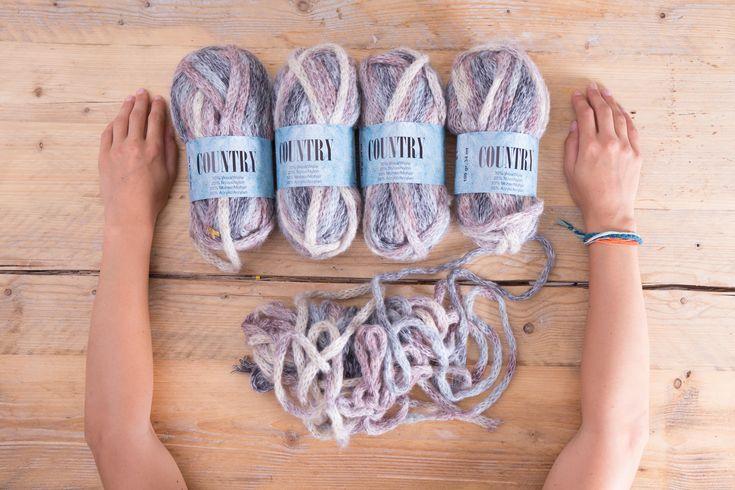 """""""Arm-Knitting"""" heißt der neue Stricktrend: Mit richtig dicker Wolle wird in Rekordzeit ein voluminöser Schal gestrickt - ganz ohne Nadeln."""