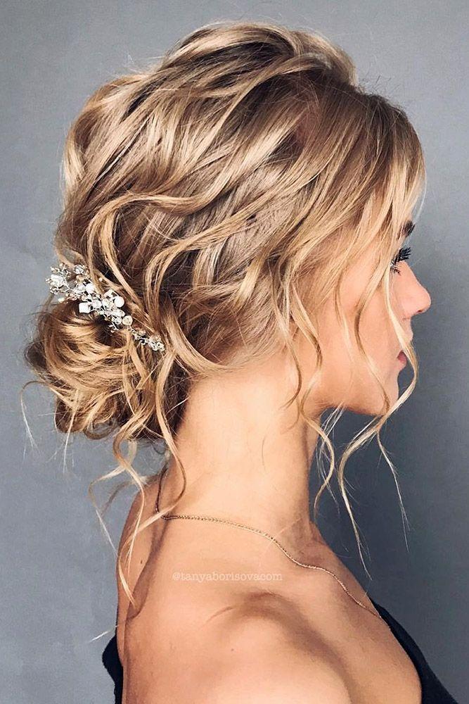 Wunderschöne Brautfrisur, locker mit Strandwellen und etwas Weiß   – Hochzeitskleider