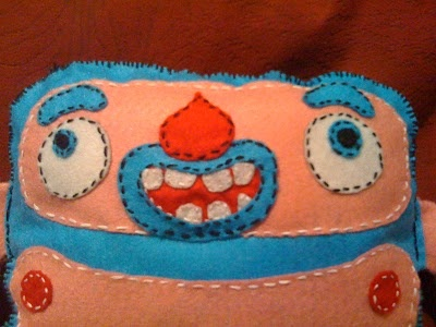 http://www.zinkete.com/2010/06/plush-toy-monigote-azul-y-rosa.html     su carita    #plush #felt