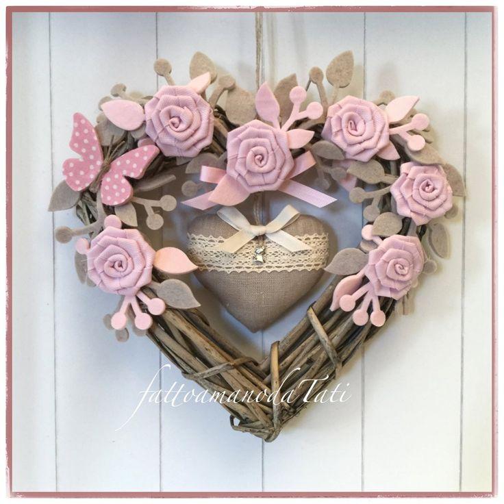 Cuore/fiocco nascita tinta naturale con roselline e rametti nei toni rosa/ecrù e cuore in lino, by fattoamanodaTati