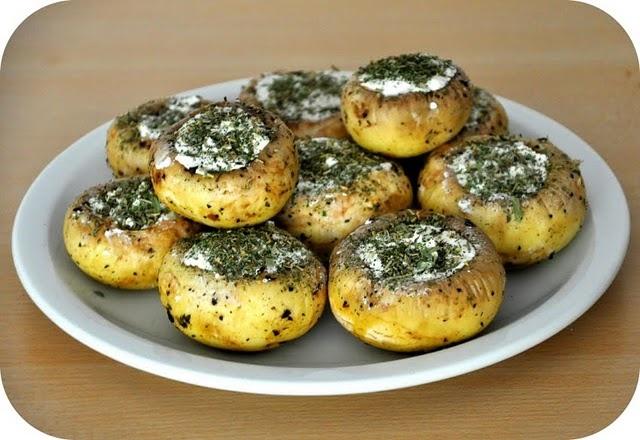 Champions gebakken in basilicum olijfolie, besprenkeld met zeezout en Provençaalse kruiden en gevuld met geitenkaas
