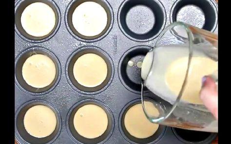 pâte à crêpes dans des moules et cuire au four: ½ tasse (55g) de farine, ½ tasse (125ml) de lait, 3 œufs, 2 c. à table de beurre fondu, ½ c. à thé d'essence de vanille, et ce que vous préférez pour les garnir. 200° 13 à 15 mn