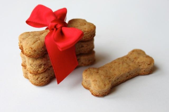 Cute homemade dog treats!: Dogtreat, Recipe, Pet, Homemade Dogs Treats, Dogs Biscuits, Doggies Treats, Diy Dogs, Peanut Butter, Dog Treats