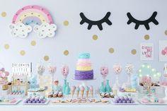 Mesa de doces com tema Doces sonhos, aniversário de 1 ano da Branca, filha da fotógrafa Rejane Wollf. Tons pasteis ( candy color) com  luminoso de arco-iris e cílios. Foto: Bia Soave