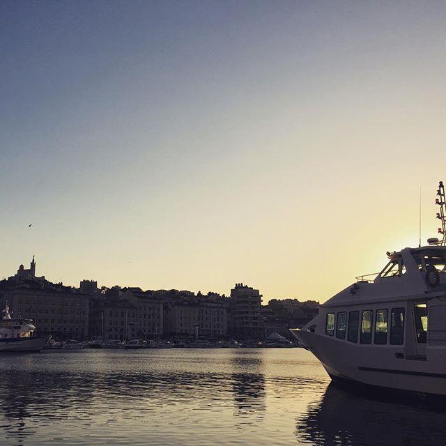 【comojapon】さんのInstagramをピンしています。 《#マルセイユ のシンボル、丘の上のノートルダム•ド•ラ•ギャルド大聖堂から、海の保護者、マリア様がカランク行きの船を見届けています。 #marseille #france #notredame #gard #bonnemere #bateau #calanques #voyage #travel #veilleuse #sea #写真好きな人と繋がりたい #フランス #南フランス #海 #船 #見守る #保護者 #母 #マリア #marie #旅行 #旅行好きな人と繋がりたい #カメラ好きな人と繋がりたい #丘 #vieuxport #oldport》