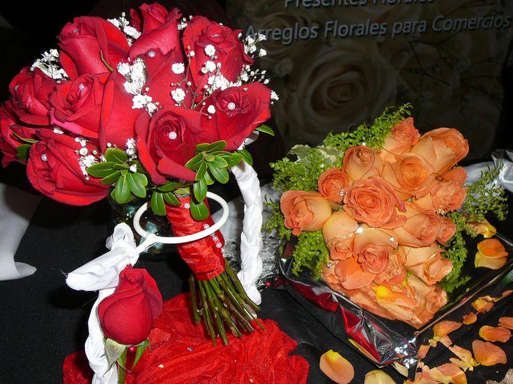 Ramo de novia redondo con rosas rojas.