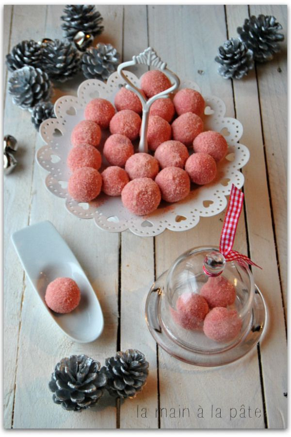 Truffes au chocolat blanc et biscuits roses