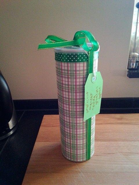 Cadeau verpakking gemaakt van een pringle bus.