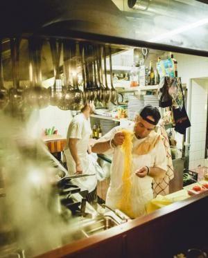 Valitsimme kuusi erinomaista ravintolaa aivan Rooman kuuluisien nähtävyyksien kupeesta. Kuvassa Le Mani in Pasta.