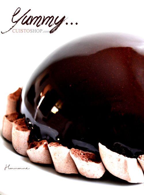 Le moule dôme cliquez sur l'image La mousse: 100g de lait concentré sucré 100g de chocolat noir 100g de mascarpone 10cl de crème liquide entière bien froide  La dacquoise: 2 blancs d'oeufs 20g de sucre semoule 50g de sucre glace 60g de poudre d'amande  Le glaçage miroir 120g de sucre 40g d&rsquo
