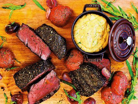 Helstekt oxfilé med klassiska tillbehör som pommes frites och hemgjord bearnaisesås. Recept från kokboken Fest, mat & kärlek.