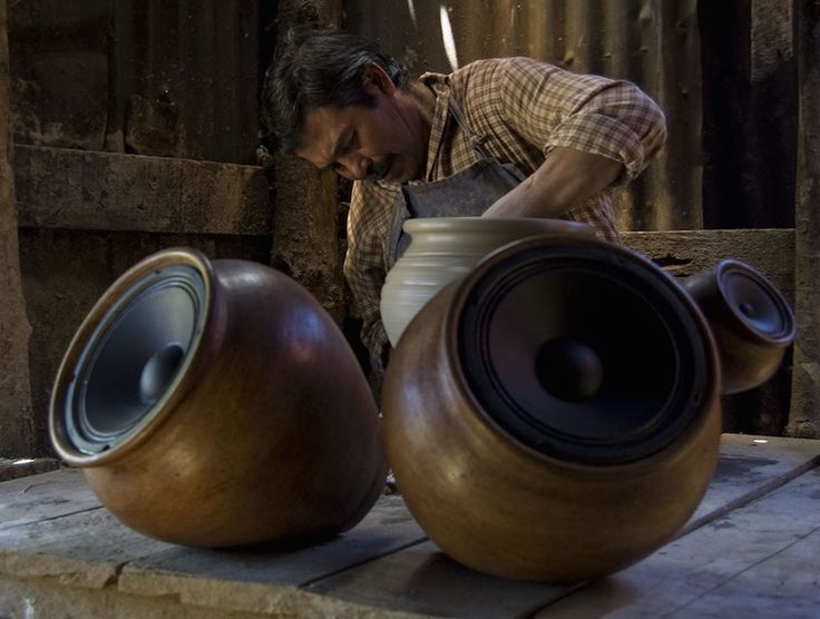 """Altavoces inalámbricos de arcilla hechos a mano para amplificar el """"sonido de la tierra""""."""