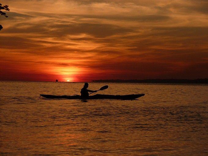 Remando en la puesta de sol