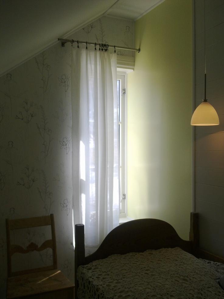 Musebolet - det minste soverommet på hytten, badet i morgensol