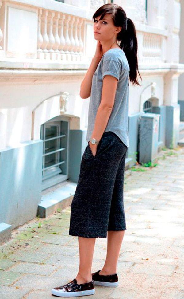 Street style look com camiseta cinza, bermuda e tênis.