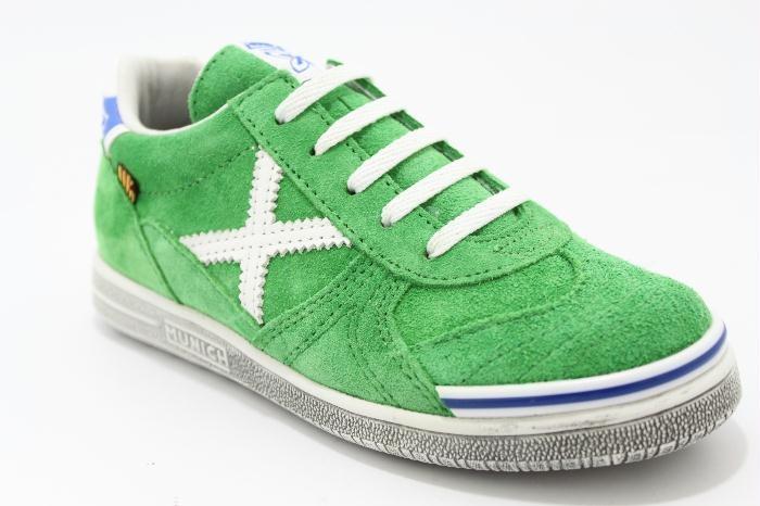 Lage veterschoen groen suede met witte details, van het merk Munich. €79,95