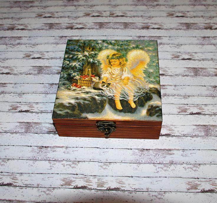Vánoční+anděl+Dřevěná+krabička+o+rozměrech+cca16+x16+cm+a+výšce6+cm.+Krabička+je+lazurovaná+-+odstín+kaštan,+ozdobená+technikou+decoupage+a+zapínáním.+Následně+přetřena+lakem+s+atestem+na+hračky.+Uvnitřnechána+přírodní.
