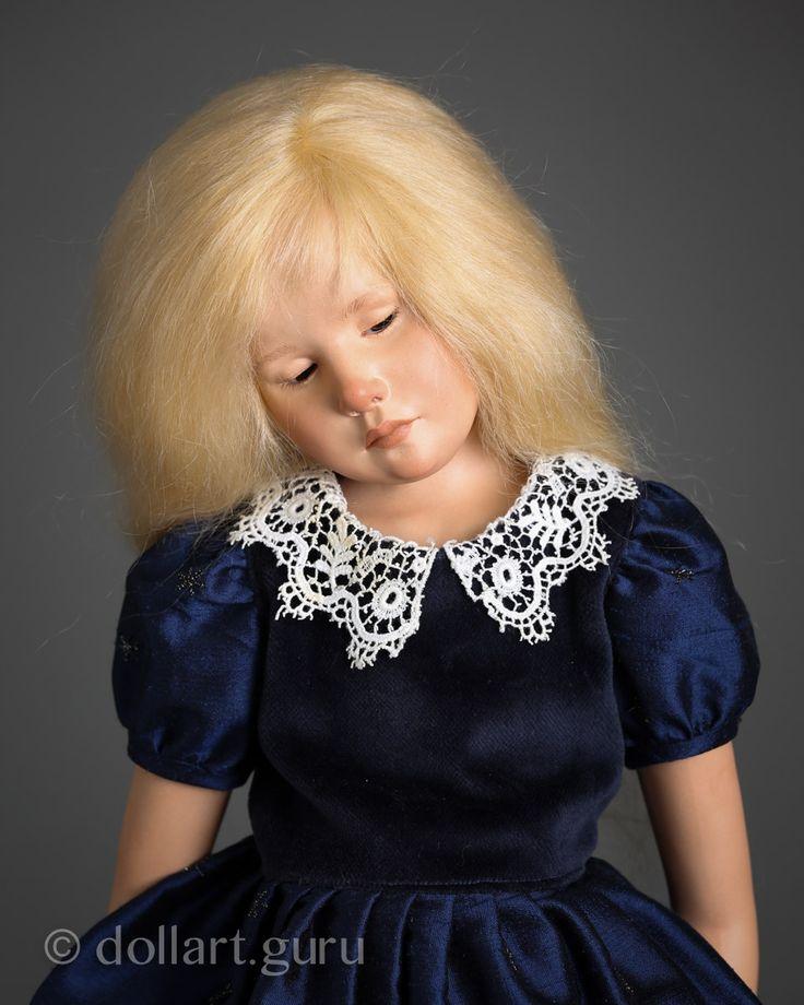 Clemence. Фарфоровая кукла Франсуазы Филачи Исключительно редкая куколка от знаменитой художницы из Франции Франсуазы Филачи. Нежная, задумчивая Клеменс в великолепном платье из темно-синего шелка и бархата, расшитом серебристыми снежинками. Белоснежный вязанный воротник и носочки, а также элегантные черные кожаные туфельки с замшевыми синими бантиками в тон платью придают наряду особую торжественность. В руках у маленькой Клеменс букет желтых одуванчиков, рядом пушистый котенок. Прелестная…
