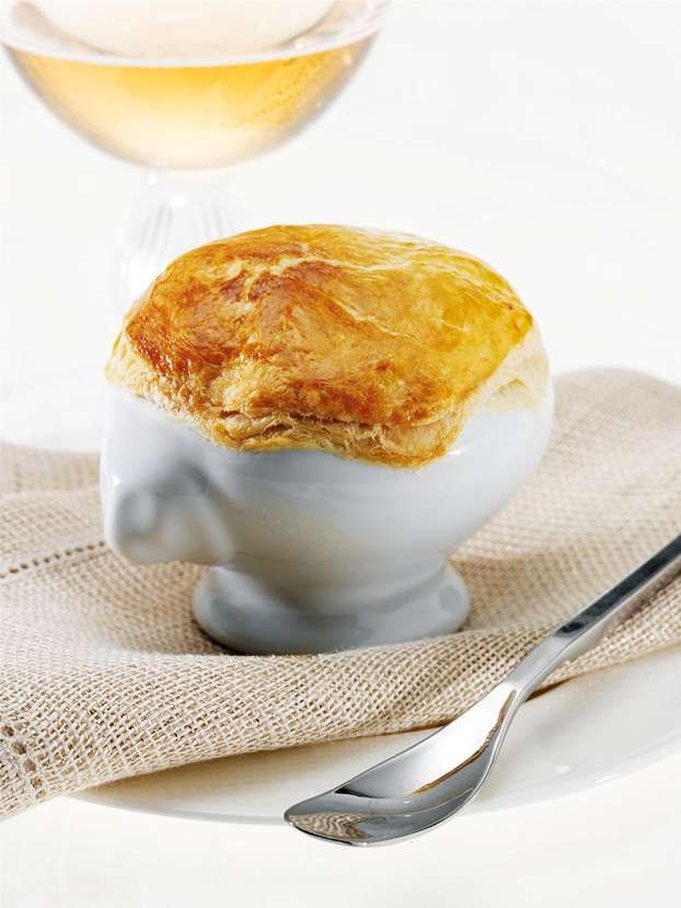 La garbure di cipolla è la ricetta di Natale proposta da Csaba Dalla Zorza per il nostro menu. Deliziosa e raffinata zuppa ricoperta da un velo di pasta sfoglia.