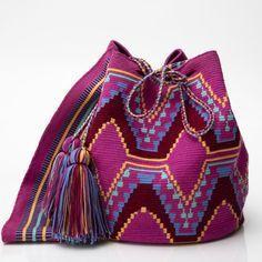 Удобная вместительная сумка — «ведро» издавна использовалась индейцами Южной Америки. Колумбийские женщины плели такие сумки для своих мужчин. С ними ходили на работу, носили в заплечном мешке еду и инструменты. Красивая сумка с ярким орнаментом получила название Мочила (Mochila). Как правило, сумку-мочилу вяжут очень плотно и украшают жаккардовым рисунком.