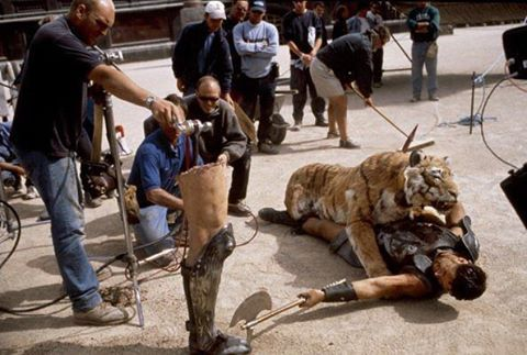 "Dietro le quinte del film ""Il Gladiatore"" diretto da Ridley Scott!! Behind the scenes of the movie ""Gladiator"" directed by Ridley Scott!! #ilgladiatore#cine#cinema#movie#film#best#bestpic#pic#picture#photo#director#regista#ridleyscott#russelcrowe#tiger#tigre#roma#rome#colosseo#joaquinphoenix#connienielsen#oliverreed#richardharris#djimonhounsou#hispanico#commodo#marcoaurelio#war#dietrolequinte#behindthescene"