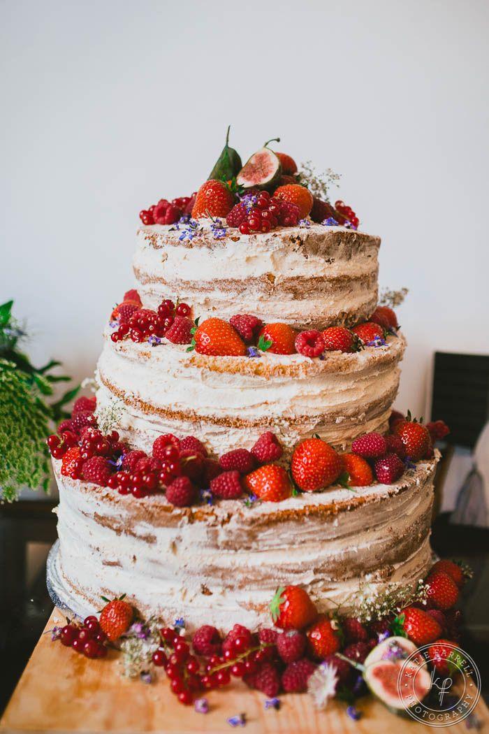 Tarta de bodas artesana con fresas y frutos rojos para una boda vintage o rústica
