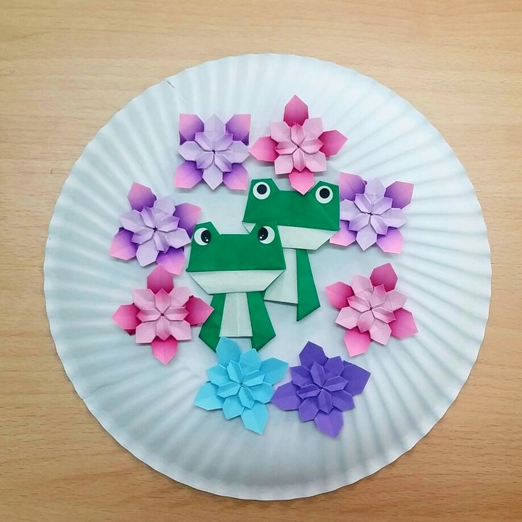 Origami frogs with hydrangea Folded by Majomajo