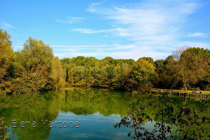 Scorcio del lago in autunno