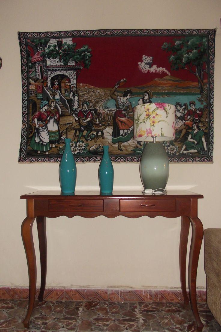 Gosto de aparadores e peças que tem cor aproximada. Este tapete veio de Portugal, aparador de mogno ...
