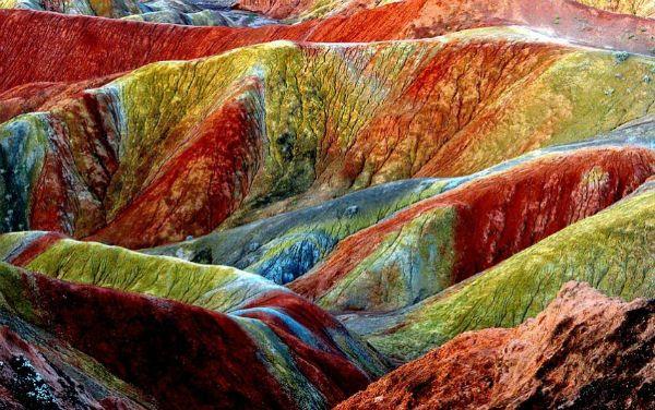 Totalmente natural. Está es la impresionante área escénica Danxia en Zhangye. Danxia, lo que significa nube color de rosa, es una forma de relieve especial formado de piedra arenisca rojiza que se ha erosionado con el tiempo en una serie de montañas rodeadas de acantilados y muchas curvas con raras formaciones rocosas.