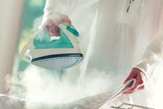Comment nettoyer la semelle du fer à repasser ?  La semelle de votre fer à repasser est sale ou jaunie ? Il est important d'entretenir régulièrement la semelle pour éviter de tacher ses vêtements. Retrouvez les astuces de grand-mère pour avoir une semelle propre.