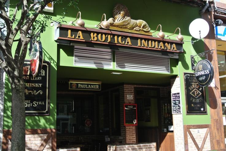 Terraza de la Botica Indiana de la calle Roncal, en Gijón