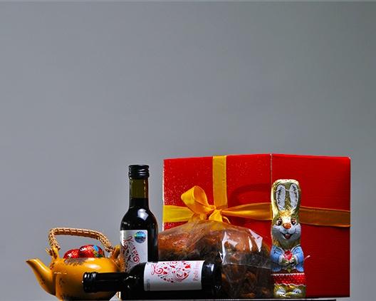 Cos cadou BG02 Cub carton festiv 2 x Vin Feteasca Neagra, Beciul Domnesc, eticheta festiva de Paste, Vincon Vrancea, 187ml Cozonac cu nuca feliat, Boromir, 300g Ceainic decorativ cu oua ciocolata Friedel Decor Paste Pret fara tva: 45 lei + TVA www.corporatebaskets.ro