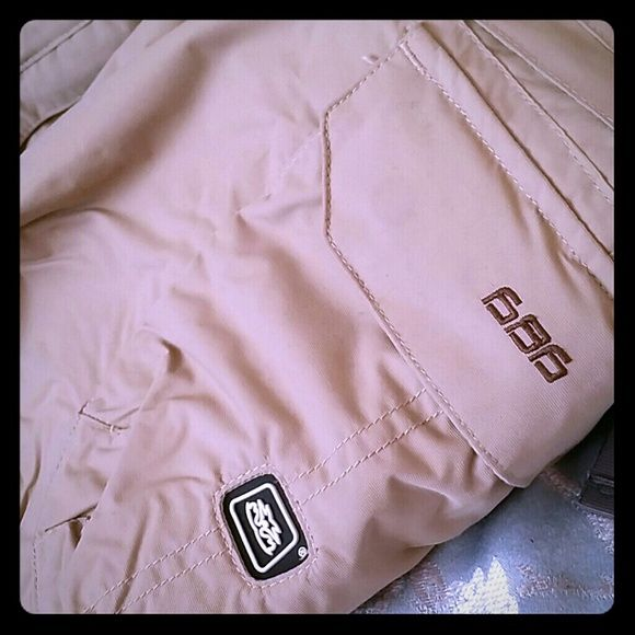 """686 snowboard pants Womens 686 snowboard pants..inseam is 29.6"""" waist to bottom is 39""""..it still fits me and I wear size 26 jeans or 4 express jeans...a bit snug but perfect for waist size of 23-25. 686 Pants"""
