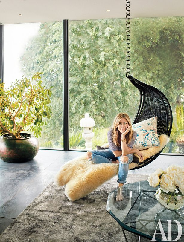 'There's nowhere else I want to be': Jennifer Aniston has opened the doors to the stunning Los Angeles estate she shares with her husband Justin Theroux for Architectural Digest magazine Jennifer Aniston Style, Justin Theroux Jennifer Aniston, Jennifer Garner Bikini, Jennifer Garner Elektra, Scandinavian Style, Jeniffer Aniston, Design Minimalista, Design Salon, Celebrity Houses