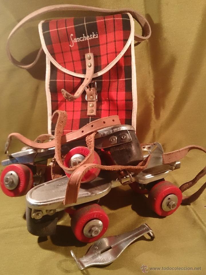 patines de cuatro ruedas,de metal  con correas y se adaptaban al tamaño del pie alargando desde el centro pero iban muy bien