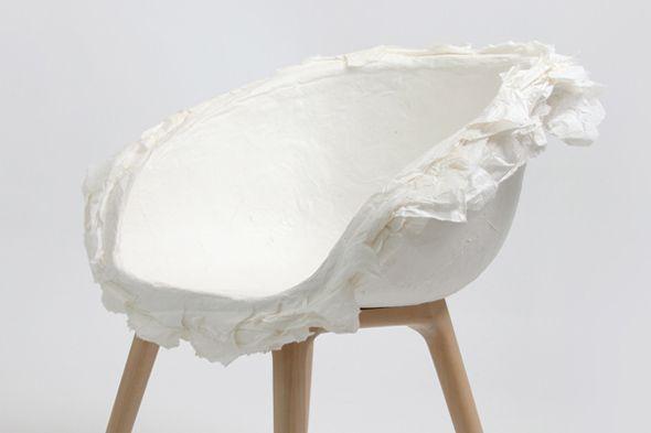 Les designers Zhang lei, Christoph John et Jovana Bogdanovic, de Innovo design, signent un chaise à l'assise entièrement réalisée en couches de papier collés.