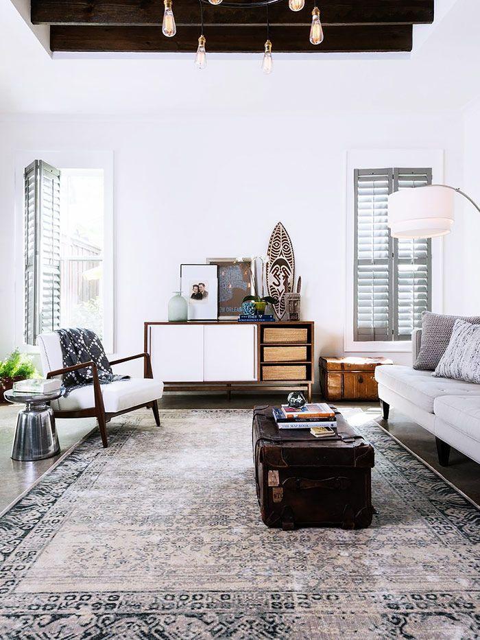 Heller Teppich mit dunkler Truhe als Wohnzimmertisch