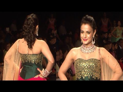 Ameesha Patel's STUNNING ramp walk @ IIJW Fashion Show 2014 Day 1.
